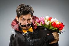 Homme drôle de magicien avec la baguette magique Images libres de droits