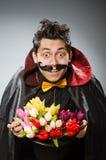 Homme drôle de magicien avec la baguette magique Photo stock