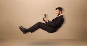 Homme drôle heureux conduisant un concept de voiture de vol Images libres de droits