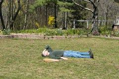 Homme drôle malade et fatigué du travail de yard, fonctionnant Images libres de droits