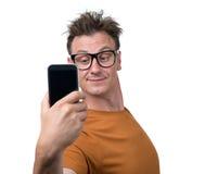 Homme drôle se photographiant sur un smartphone Photos libres de droits