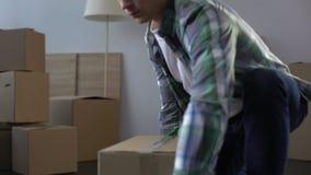 Homme du client de aide de service mobile pour emballer et porter des choses d'appartement banque de vidéos