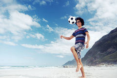 Homme du football de plage Photographie stock