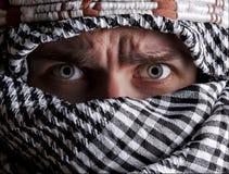 Homme du Moyen-Orient effrayé regardant à vous Image stock