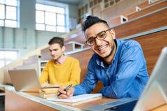 Homme du Moyen-Orient heureux dans l'université photo stock