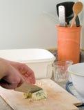 Homme effectuant des pains de farine d'avoine Image libre de droits