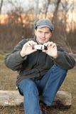 Homme effectuant la photo avec le téléphone portable Photo libre de droits