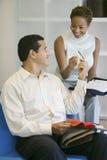 Homme effectuant le paiement par la carte de crédit dans la boutique Photo stock