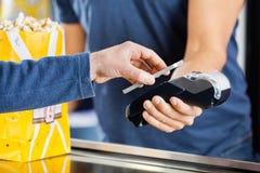 Homme effectuant le paiement par la technologie de NFC à Images stock