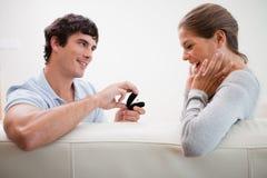 Homme effectuant une proposition du mariage Images stock