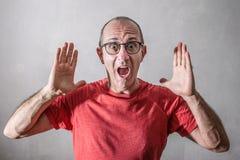 Homme effrayé avec des mains sur le visage images libres de droits