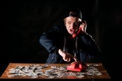 Homme effrayé avec le téléphone Image stock