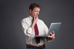 Homme effrayé avec un ordinateur portable photos stock