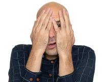 Homme effrayé couvrant son visage de mains photo libre de droits