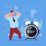 Homme effrayé d'affaires avec le concept de gestion du temps de date-butoir de réveil Photo libre de droits