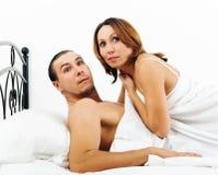 Homme effrayé et femme attrapés pendant l'adultère Image libre de droits