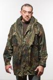 Homme effrayant adulte dans une veste de camouflage une personne dangereuse photos libres de droits