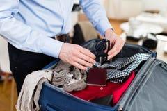 Homme emballant ses vêtements et substance photo stock