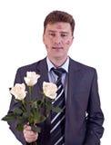 Homme embrassé avec les roses blanches image stock