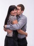 Homme embrassant son amie de sourire Photographie stock