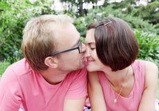Homme embrassant le femme sur le nez photos stock