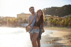 Homme embrassant son amie heureuse au bord de la mer Photographie stock libre de droits