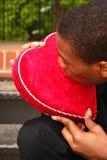 Homme embrassant un coeur Image stock