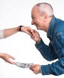 Homme embrassant un woman& x27 ; main de s et donner des billets d'un dollar Photo stock