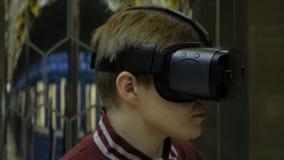 Homme employant des lunettes de VR sur le fond futuriste Lunettes de port de réalité virtuelle d'homme attirant Casque de VR virt Photos stock