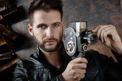 Homme employant l'appareil-photo de film de vintage Photographie stock