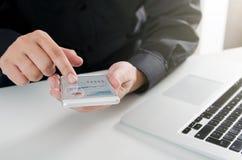 Homme employant l'application de rapport de secteur d'affaires de la téléphonie mobile photographie stock libre de droits