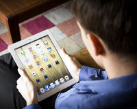 Homme employant l'ipad Photos stock