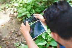 Homme employant le bourdon mavic de DJI Photos stock