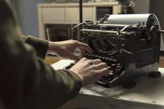 Homme employant le rétro auteur de dactylographie de travail de machine de machine à écrire Images libres de droits