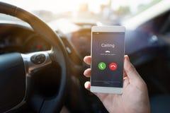 Homme employant le système d'appel de téléphone dans la voiture Photographie stock