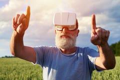 Homme employant les verres 3D Photographie stock