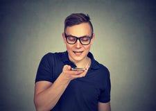 Homme employant une fonction futée de reconnaissance vocale de téléphone sur la ligne photos libres de droits