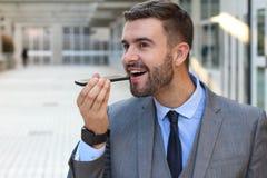 Homme employant une reconnaissance vocale APP image libre de droits