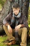 Homme en automne images stock