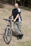 Homme en bonne santé avec la bicyclette Image libre de droits