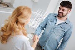 Homme en bonne santé joyeux disant des mots de gratitude image stock