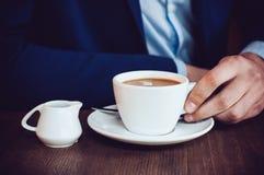 Homme en café images libres de droits