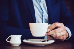 Homme en café photos libres de droits