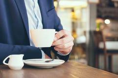 Homme en café photographie stock