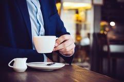 Homme en café image libre de droits