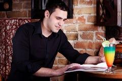 Homme en café Photo libre de droits