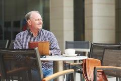 Homme en café d'outfoor Photo libre de droits