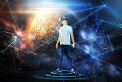 Homme en casque de réalité virtuelle ou verres 3d Photo libre de droits