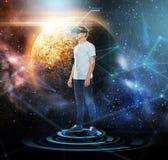 Homme en casque de réalité virtuelle ou verres 3d Image stock