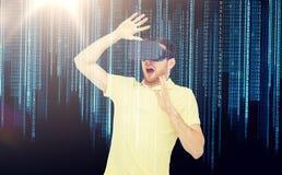 Homme en casque de réalité virtuelle ou verres 3d Photos stock